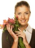 Mujer joven con las flores rosadas fotos de archivo