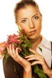 Mujer joven con las flores rosadas fotografía de archivo