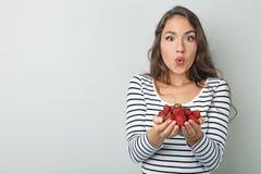 Mujer joven con las fresas Imagen de archivo libre de regalías