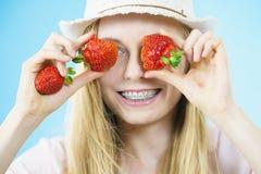 Mujer joven con las fresas frescas Imagen de archivo libre de regalías
