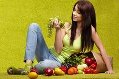 Mujer joven con las frutas y verdura. Fotografía de archivo