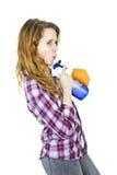 Mujer joven con las fuentes de limpieza Fotos de archivo