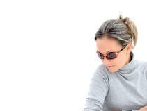 Mujer joven con las gafas de sol Fotos de archivo libres de regalías