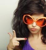 Mujer joven con las gafas de sol anaranjadas grandes Imagen de archivo