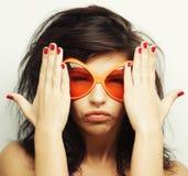 Mujer joven con las gafas de sol anaranjadas grandes Fotografía de archivo