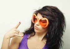 Mujer joven con las gafas de sol anaranjadas grandes Fotografía de archivo libre de regalías