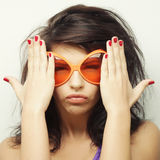 Mujer joven con las gafas de sol anaranjadas grandes Fotos de archivo