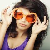 Mujer joven con las gafas de sol anaranjadas grandes Imágenes de archivo libres de regalías