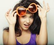 Mujer joven con las gafas de sol anaranjadas grandes Imagen de archivo libre de regalías