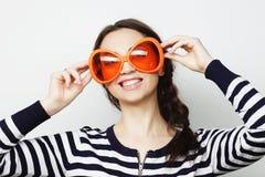 Mujer joven con las gafas de sol anaranjadas grandes Fotos de archivo libres de regalías
