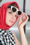 Mujer joven con las gafas de sol en la imagen 50 h fotos de archivo