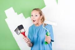 Mujer joven con las herramientas de la pintura Imágenes de archivo libres de regalías