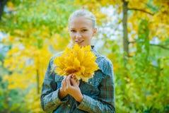 Mujer joven con las hojas de otoño imágenes de archivo libres de regalías