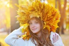 Mujer joven con las hojas de otoño a disposición Imagen de archivo