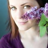 Mujer joven con las lilas Imagen de archivo libre de regalías