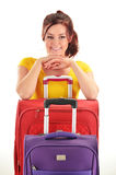 Mujer joven con las maletas del viaje Turístico aliste para un viaje Imagen de archivo libre de regalías
