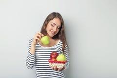 Mujer joven con las manzanas Imagenes de archivo
