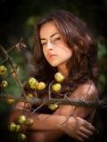 Mujer joven con las manzanas salvajes Imagen de archivo libre de regalías