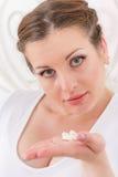 Mujer joven con las píldoras. imagenes de archivo