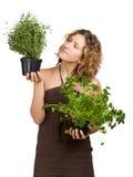 Mujer joven con las plantas culinarias fotos de archivo
