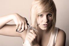 Mujer joven con las tijeras Imagen de archivo libre de regalías