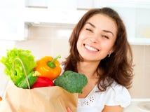Mujer joven con las verduras Fotografía de archivo libre de regalías