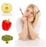 Mujer joven con las verduras disponibles y frescas de los cubiertos, collage imágenes de archivo libres de regalías