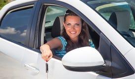 Mujer joven con llaves del coche Fotos de archivo