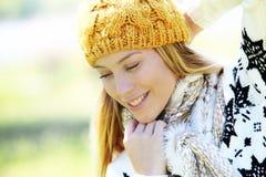 Mujer joven con los accesorios del invierno Imagen de archivo