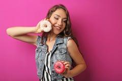 Mujer joven con los anillos de espuma Fotografía de archivo libre de regalías