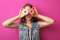 Mujer joven con los anillos de espuma Fotos de archivo libres de regalías
