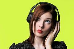 Mujer joven con los auriculares Imagen de archivo