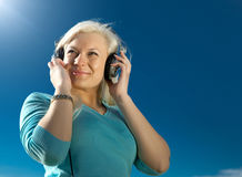 Mujer joven con los auriculares Fotografía de archivo libre de regalías