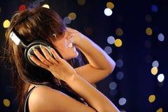 Mujer joven con los auriculares Fotos de archivo