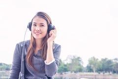 Mujer joven con los auriculares afuera Imagen de archivo