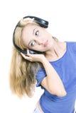 Mujer joven con los auriculares aislados Imagenes de archivo