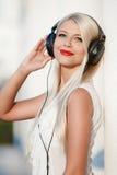 Mujer joven con los auriculares Disfrute de la música Fotografía de archivo libre de regalías