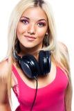 Mujer joven con los auriculares grandes Imágenes de archivo libres de regalías