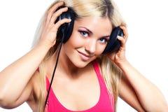 Mujer joven con los auriculares grandes Fotos de archivo libres de regalías