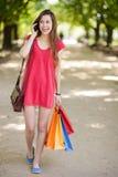 Mujer joven con los bolsos de compras Fotografía de archivo libre de regalías
