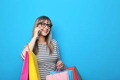 Mujer joven con los bolsos de compras Imagen de archivo libre de regalías
