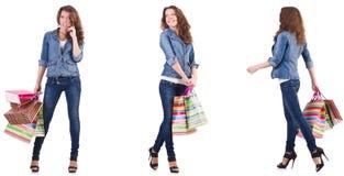 Mujer joven con los bolsos de compras aislados en blanco imagen de archivo