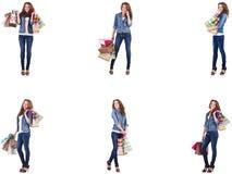 Mujer joven con los bolsos de compras aislados en blanco foto de archivo