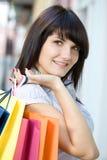 Mujer joven con los bolsos multicolores Fotos de archivo libres de regalías