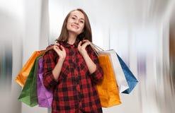 Mujer joven con los bolsos shoping Fotografía de archivo