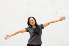 Mujer joven con los brazos abiertos de par en par Fotografía de archivo
