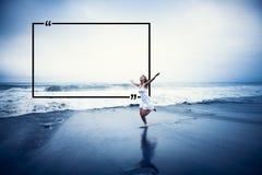 Mujer joven con los brazos aumentados por la playa Fotografía de archivo libre de regalías