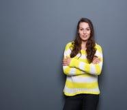 Mujer joven con los brazos cruzados Fotos de archivo libres de regalías