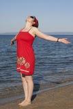 Mujer joven con los brazos levantados Imágenes de archivo libres de regalías
