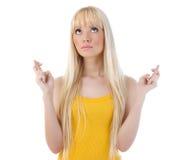 Mujer joven con los dedos cruzados Imagen de archivo